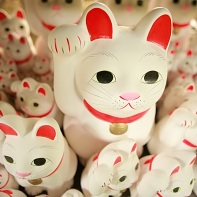 The Lucky Cats come in many sizes (and the larger ones cost around ¥6000, I think).
