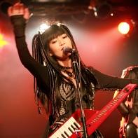 The singer Nekoi Psydoll raising her hand.