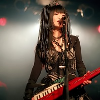 Nekoi Psydoll at the mike while carrying her keytar.