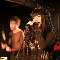 Nekoi Psydoll with percussionist Uenoyama/Loveless in the background.