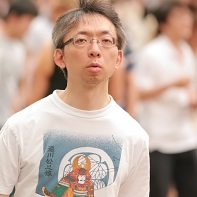 A man wearing a t-shirt with the image of a Tokugawa (徳川) shogun.