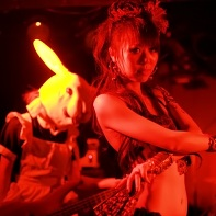 Belly dancer Neo in front of bass player Hayashibe of Ray Trak.