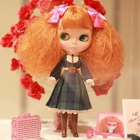 "The Blythe charity doll ""Why is she carrying roses on her back?"" by the singer/performer/tarento Chiaki (千秋)."