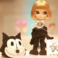 A Felix the Cat Blythe doll designed by Michiru und Over the Stripes.