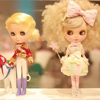 The Blythe dolls created by Hello Kitty Designer Yūko Yamaguchi (山口裕子) and *Soleil* (right).