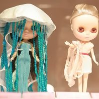 The Manowar jellyfish Blythe doll by Mociun (left) and the Ports 1961 Blythe doll (right).