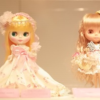Gothic lolita Blythe dolls wearing Victorian Maiden (left) and Liz Lisa (right) apparel.