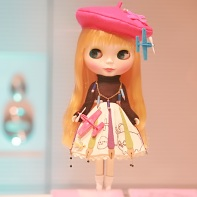 A Blythe doll by Aketsun! (あけつん!) displaying a stereotypical manga artist with black turtleneck and beret.
