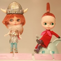 "The Blythe doll Patty by Michiko Yamada (山田美智子) is wearing a ""Vicky the Viking"" cosplay (left) while the pile-poil! Blythe doll was inspired by Little My of Moomin Valley."