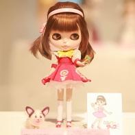 "The Blythe doll by Ichigoya (苺家) displaying Akko-chan from Fujio Akatsuka (赤塚不二夫)'s ""ひみつのアッコちゃん"" (Akko-chan's Secret)."