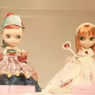 A Blythe doll by designer Kenta Shibusawa (渋沢健太) on the left and a Tokyo Alice (東京アリス) doll on the right.