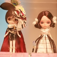An Alice and the Pirates Blythe doll (left) next to a doll created by Kenichi Koyama (こやまけにち).