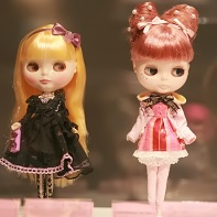 Blythe dolls wearing outfits by h.NAOTO (left) and Metamorphose temps de file (right).