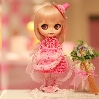 The Blythe doll beauty constest entry Brander May by Majokko Seisaku Iinkai (魔女っこ制作委員会).