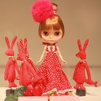 Miou's Ms. Fish Hand Blythe doll accompanied by red rabbits.