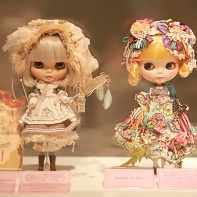A bell lyre-playing Blythe doll by Imai Kira & Uran & Hiroko (left) and a Koritsu Factory doll on the right.