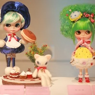 The Blythe doll Dorarita by Mindtrigger (left) and a needlework Blythe doll by K・Q・B (right).