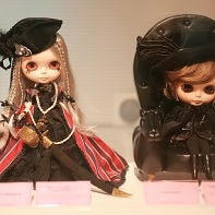 Excentrique's pirate motif Blythe doll (left) and a black Dark Princess Knight doll by SMASH! (right).