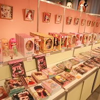 At the event a small store provided tons of Blythe dolls and merchandise to prospective buyers.