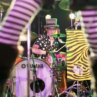 MuMu was supported by a guest drummer wearing a top hat.