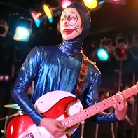 The guitarist Kojirō of 遺伝子組換こども会 wearing his Doraemon cosplay while playing.