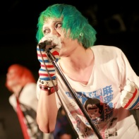 The green-haired singer Alps of 桃尻東京テレビジョン was wearing gloves with glow-in-the-dark fingertips.