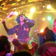 A shot of the wild and powerful performance of the Japanese pop punk band サンドイッチで120分?.