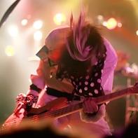 Bassist Tsuna Morikawa (森川ツナ) of サンドイッチで120分? headbanging.