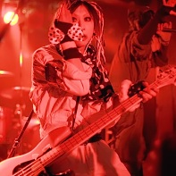 Bass player Tsuna Morikawa (森川ツナ) of サンドイッチで120分? when he was not playing.