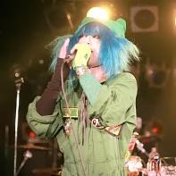The singer and bandleader Retasu Matsuoka (松岡レタス) of サンドイッチで120分? singing.