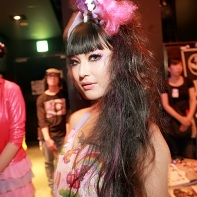 Artist and singer Naoki Tamamushi (玉虫ナヲキ) with a My Little Pony in her hair.