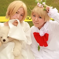 Two cosplayers dressed up as Chibi Canada and Chibi America from the Hetalia: Axis Powers (ヘタリア Axis Powers) manga.