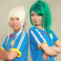 Two cosplayers dressed up as Jin Kageno and Ichirōta Kazemaru from the Inazuma Eleven (イナズマイレブン) video game series.
