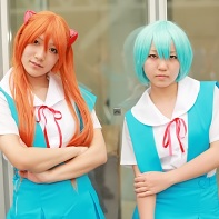 Two female cosplayers dressed up as Asuka Langley Soryu and Rei Ayanami from the Neon Genesis Evangelion (新世紀エヴァンゲリオン) anime.