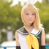 A girl cosplayer dressed up as Kagamine Rin (Meltdown version) from the Vocaloid computer program.