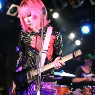 As a solo artist Mu☆Mu's live performances are supported by a guest drummer.
