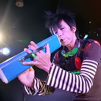 きゃらめるまん, not afraid of weird instruments, playing some kind of toy harmonica horn.