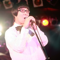 サミーちゃん (Sammie-chan) of 装置メガネ (Sōchi Megane) singing at the Live Inn Rosa club.