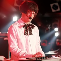 &#12450;&#12469;P&#21531; (Asa P-kun) plays synthesizer for the pop band &#35013;&#32622;&#12513;&#12460;&#12493; (S&#333;chi Megane).