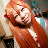 A female cosplayer dressed up as Asuka Langley Soryu from the Neon Genesis Evangelion (新世紀エヴァンゲリオン) anime.