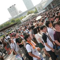 Large crowds of manga fans at the Kokusai-Tenjijō station of the JR Rinkai line.