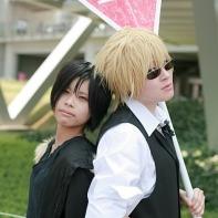 Two cosplayers dressed up as Shizuo Heiwajima and Izaya Orihara from the Durarara!! (デュラララ!!) light novel series.