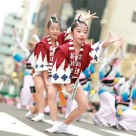 Even the children do choreographed dances at the Awa Odori.